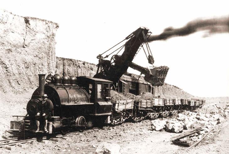 Паровой экскаватор, установленный на железнодорожные рельсы