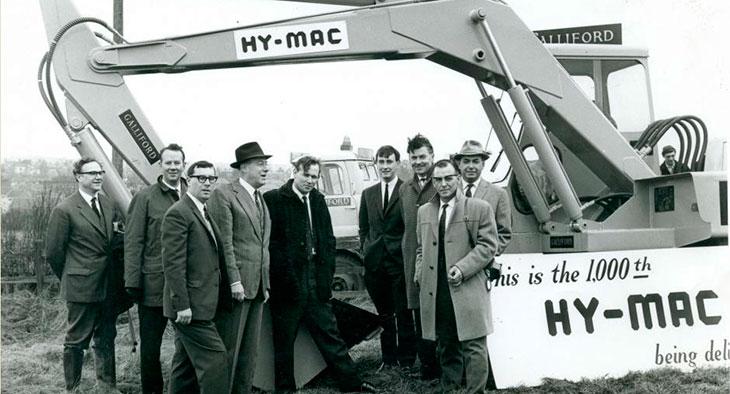 Коллектив компании «Hymac» на фоне тысячного экземпляра полноповоротного экскаватора «Hymac 580», 1960 г.